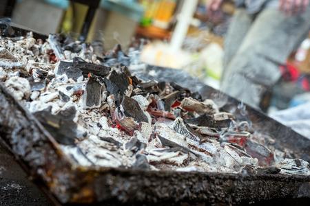 holzbriketts: ein BBQ Grill mit glühenden und brennendes Holzkohle