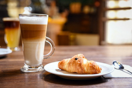 ontbijt met kop koffie en een croissant in bakkerij