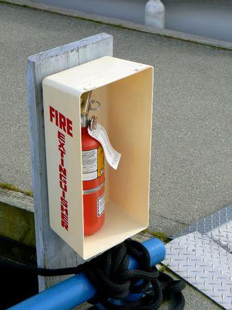 Extinguiesher brand in een plastic doos aan jachthaven boot kraam