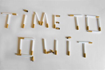 slogan: Consigna Tiempo para dejar de fumar formado por tubos de cigarrillo y colillas