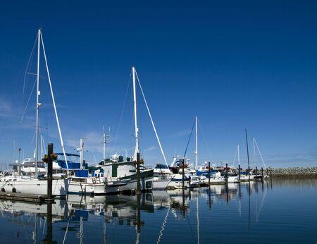 breakwater: Barcos de vela en sus paradas en el marina detr�s del rompeolas Foto de archivo