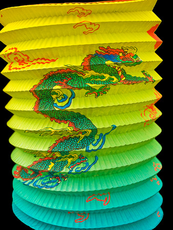 papierlaterne: Chinesische Papier-Laterne mit gemalten Drachen, auf schwarzem Hintergrund