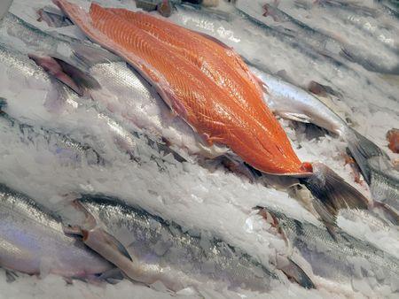 サーモン フィレとファーム市場ブース全体の魚