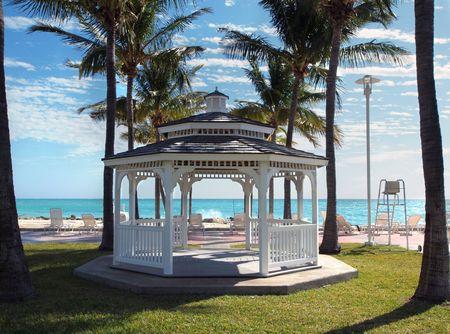 overlooking: Blanco gazebo para bodas con vistas a la playa tropical
