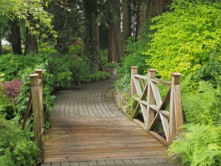舗装の庭の経路で木製の橋 写真素材 - 13940055