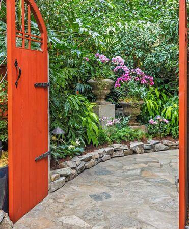 Binnentuin passage met orchideeën in stenen vazen