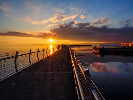 オグデンポイント防波堤で夕日、ビクトリア BC
