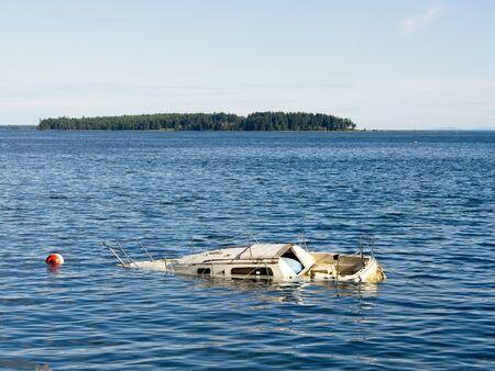Barca affondata nelle acque costiere, in attesa del rimorchio a riva Archivio Fotografico