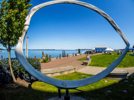 Sidney, BC Canada - June 26, 2018. Sculpture Eye of the Ocean at the lawn of the Sidney Pier Hotel 新聞圖片