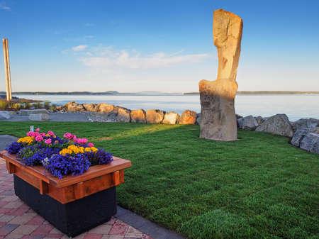 Sidney, BC Canada - April 12, 2018. Sculpture The Guardian adorning Sidney seaside walk 新聞圖片