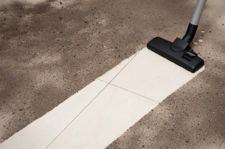 personal de limpieza: Limpiar la suciedad de un suelo de baldosas de vac�o