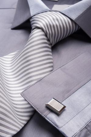 스트라이프 넥타이와 접힌 회색 셔츠의 사진을 닫습니다 스톡 콘텐츠
