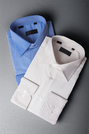 회색 배경에 남자의 셔츠 부부의 스튜디오 샷