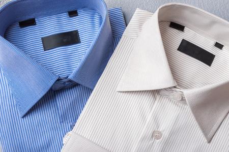 camiseta: Estudio tirado de par de camisas de hombre sobre un fondo gris