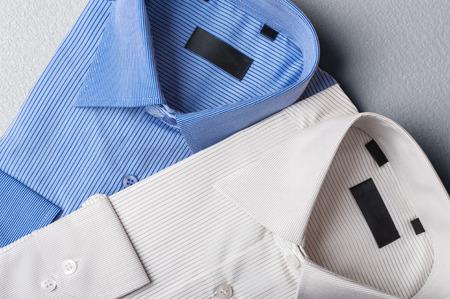 회색 배경에 남자의 셔츠의 스튜디오 샷