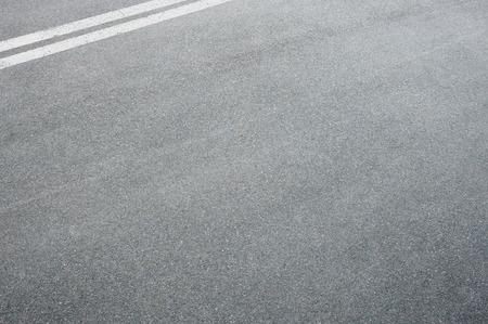 상단 모서리에서 라인을 나누기와 고속도로 도로에 아스팔트의 가로 샷