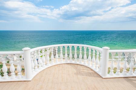 화창한 날에 바다 해안 발코니보기