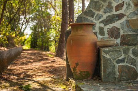 구운 된 찰 흙으로 만든 오래 된 정원 냄비. 아주 멋진 소박한, 오래된 정원 항아리, 고대 그리스 냄비의 복제본, 새로운 꽃을 넣을 기다리고 정원의 꽤
