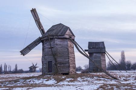 겨울 흐린 날에 오래 된 목조 풍차의 풍경 사진