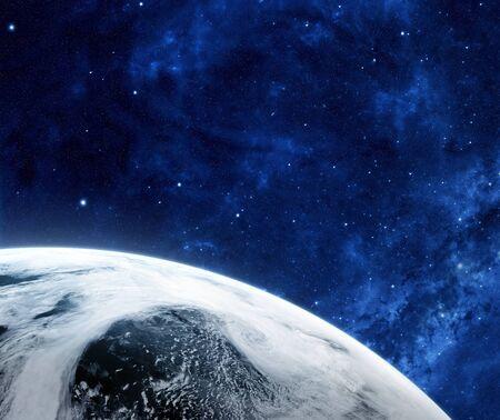 공간에서 일출입니다. 우주에서 구름으로 덮여 행성에 궤도보기. 행성은 구름으로 덮여있다. 스톡 콘텐츠