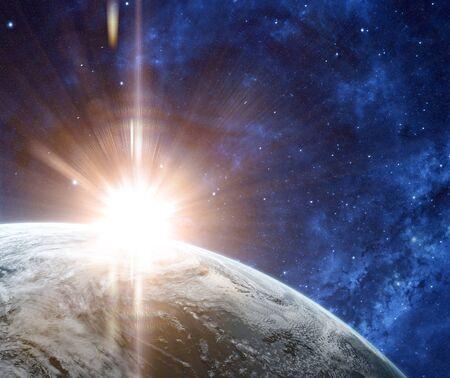 눈에 띄는 태양 플레어와 줄무늬가있는 공간에서의 일출. 우주에서 구름으로 덮여 행성에 궤도보기. 행성은 구름으로 덮여있다. 스톡 콘텐츠