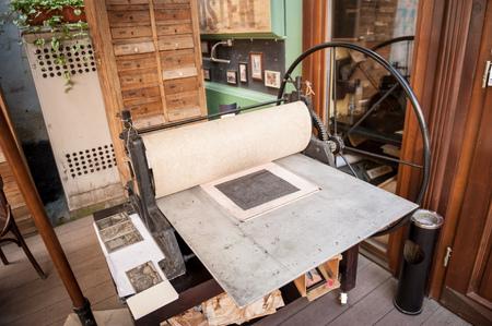 오래 된, 골동품, 수동으로 작동하는 활판 인쇄 기계 Lviv, 우크라이나. 이 프레스는 리 비우의 풍경으로 엽서를 만드는 데 사용됩니다.