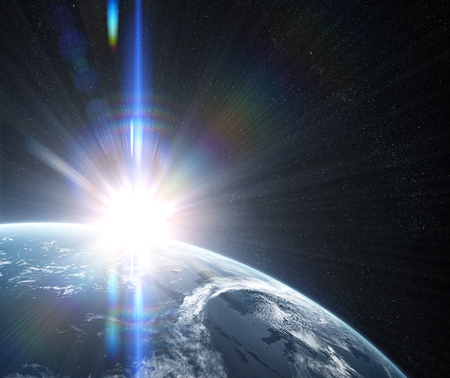 눈에 띄는 태양 플레어와 태양 줄무늬가있는 공간에서의 일출. 우주에서 구름으로 덮여 행성에 궤도보기. 행성은 구름으로 덮여있다. 이 이미지의 요