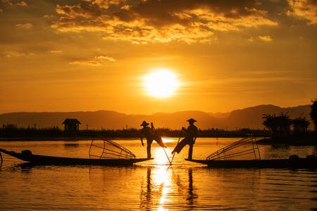 Inle 어부들은 한쪽 다리에 선미에 서서 보트 다리 둘레에 다른 다리를 감싸는 특유의 조정 스타일을 연습하는 것으로 유명합니다, 미얀마