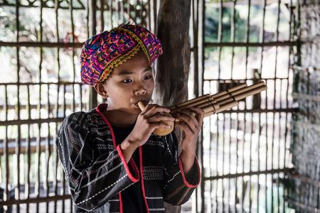 クダットマレーシア2017:竹パイプで作られたソンポトンを演奏する彼の伝統的な衣装でラングス部族の少年、クダットマレーシア