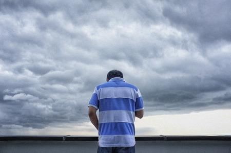 L'uomo in piedi usa i telefoni cellulari per connettersi ai social media nel cielo e nella nuvola. Archivio Fotografico - 93476571