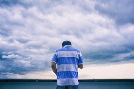 L'uomo in piedi usa i telefoni cellulari per connettersi ai social media nel cielo e nella nuvola. Archivio Fotografico - 93453746