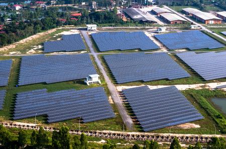 Zonne-boerderij, zonnepanelen foto uit de lucht