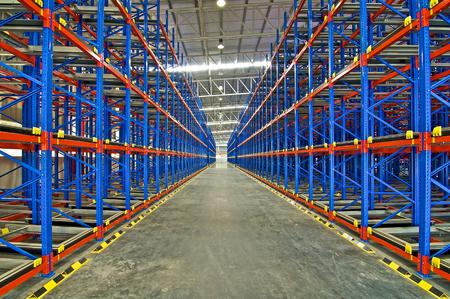 sistema de almacenamiento de estanterías estanterías de paletización metal en el depósito Editorial