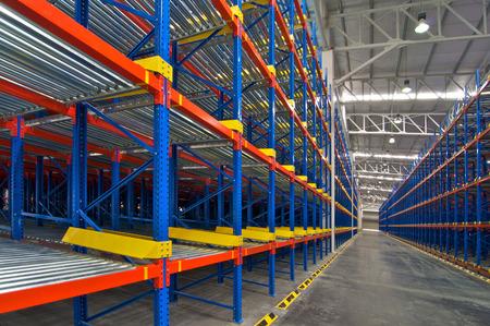 Almacén de estanterías de almacenamiento Vista interior del sistema de paletización de metal Editorial