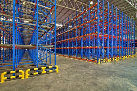 depósito de almacenamiento de estanterías de metal, sistemas de paletización Editorial