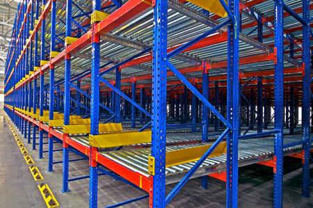 Estanterías de almacenamiento Vista interior del almacén del metal, sistema de paletización Editorial