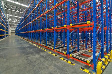 Entrepôt de stockage Système de rayonnage palette métallique de rayonnage dans l'entrepôt Banque d'images - 61497276