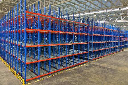 almacenamiento en depósitos, estanterías metálicas, sistemas de paletización
