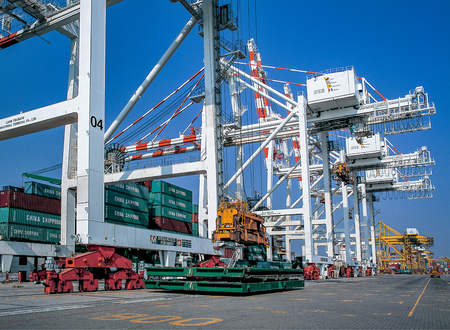 Moving Containers in Ports Shipyard into Ship