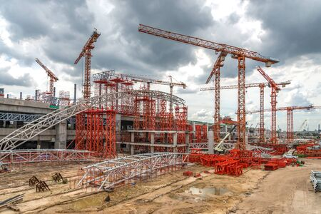 Construction Cranes Working on Expressway Site in Asia Banque d'images