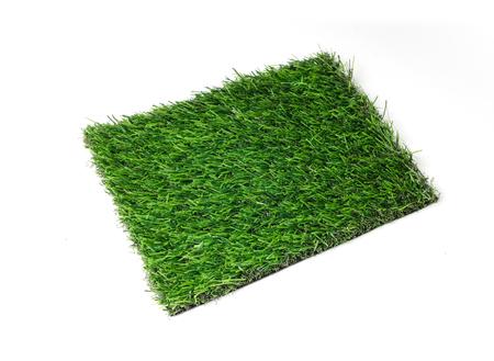 pasto sintetico: alfombra de hierba sobre fondo blanco. baldosas de césped artificial. Foto de archivo