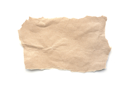 Zerrissener Vintage-Papierhintergrund. Zerrissenes braunes Papier auf Weiß mit Bereich für Kopienraum.