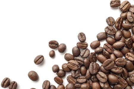 Geröstete Kaffeebohnen isoliert auf weißem Hintergrund. Nahaufnahme. Standard-Bild