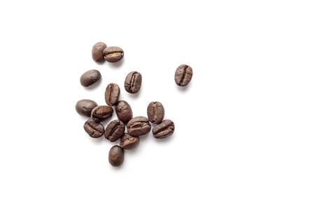 Chicchi di caffè isolati su sfondo bianco. Immagine in primo piano. Archivio Fotografico