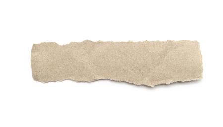 Recyclingpapier-Bastelstick auf weißem Hintergrund. Braunes Papier zerrissene oder zerrissene Papierstücke einzeln auf Weiß mit Beschneidungspfad.