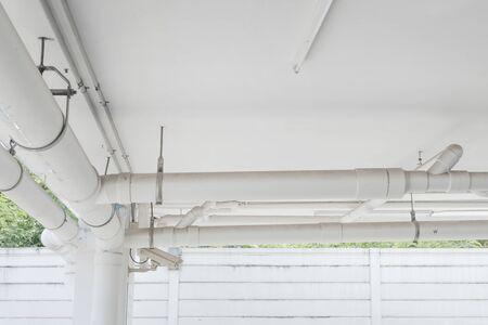 Sistema di tubi dell'acqua. Installazione del tubo dell'acqua nell'edificio. Sistema di trasporto del tubo dell'acqua nell'edificio.