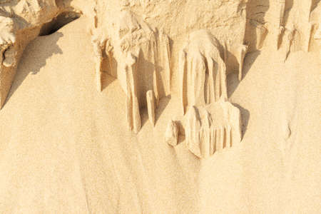 Sand texture background on the beach. Light beige sea sand texture pattern, sandy beach background. 免版税图像