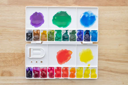 Colorful watercolor paints set in watercolour palette on wood. Bright multicolored aquarelle paints in paint box. Stockfoto