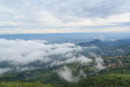 arri�re-pays: brouillard et la route de l'arri�re-pays dans le village sur la colline Banque d'images