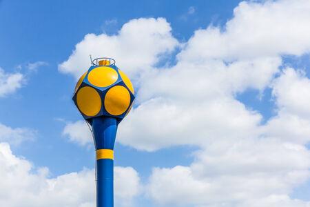dep�sito agua: El tanque de agua en el cielo azul con nubes grandes y espacio libre para su texto Foto de archivo
